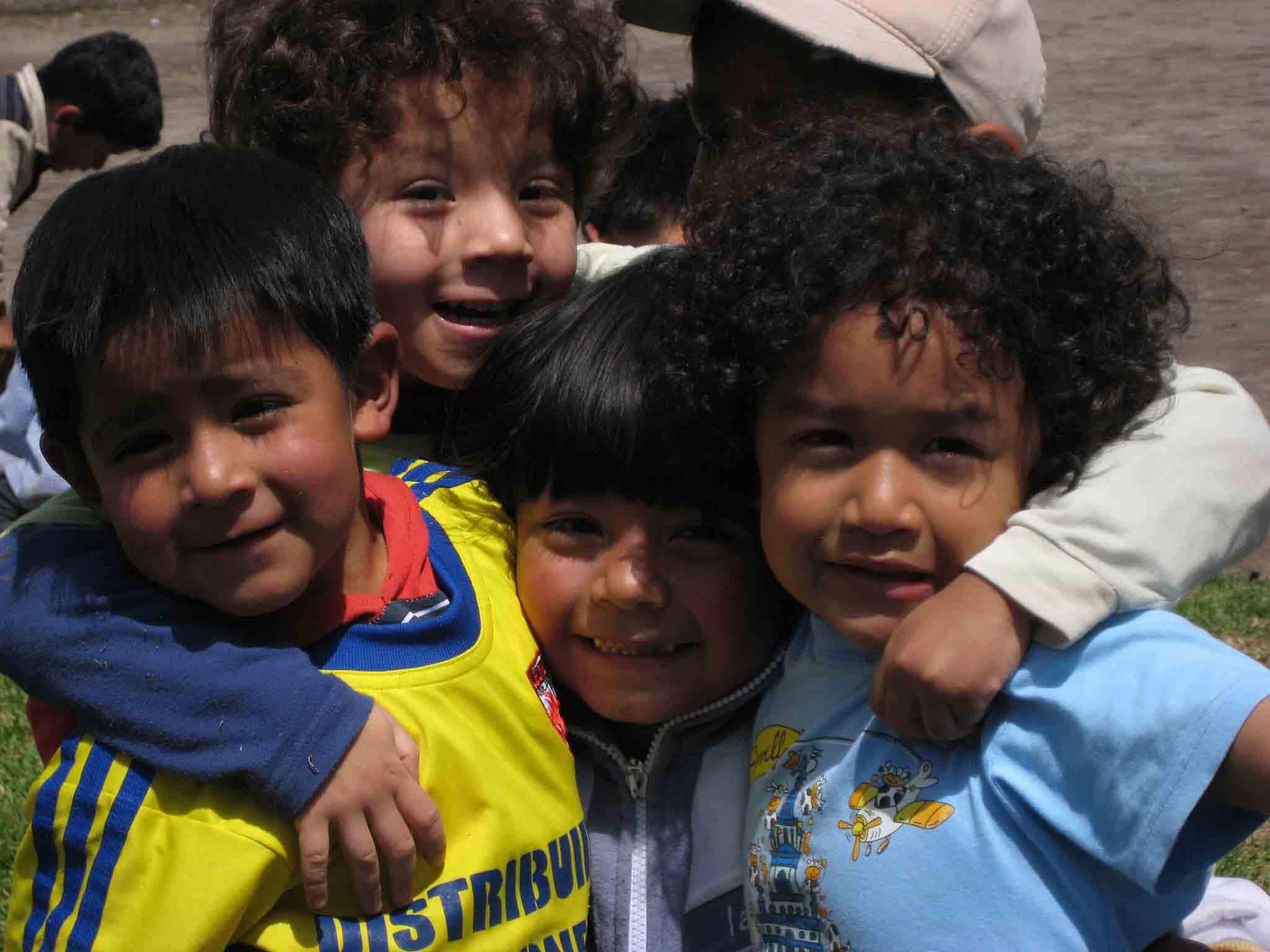 Kleine, gut gelaunte Ecuadorianer im Kindergarten - Alejandro, Christopher, Bryan und Sebastian