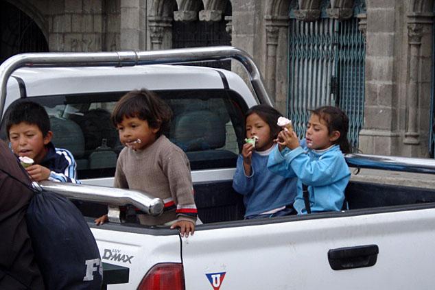 Typischer Anblick - Kinder auf einem Pick-Up