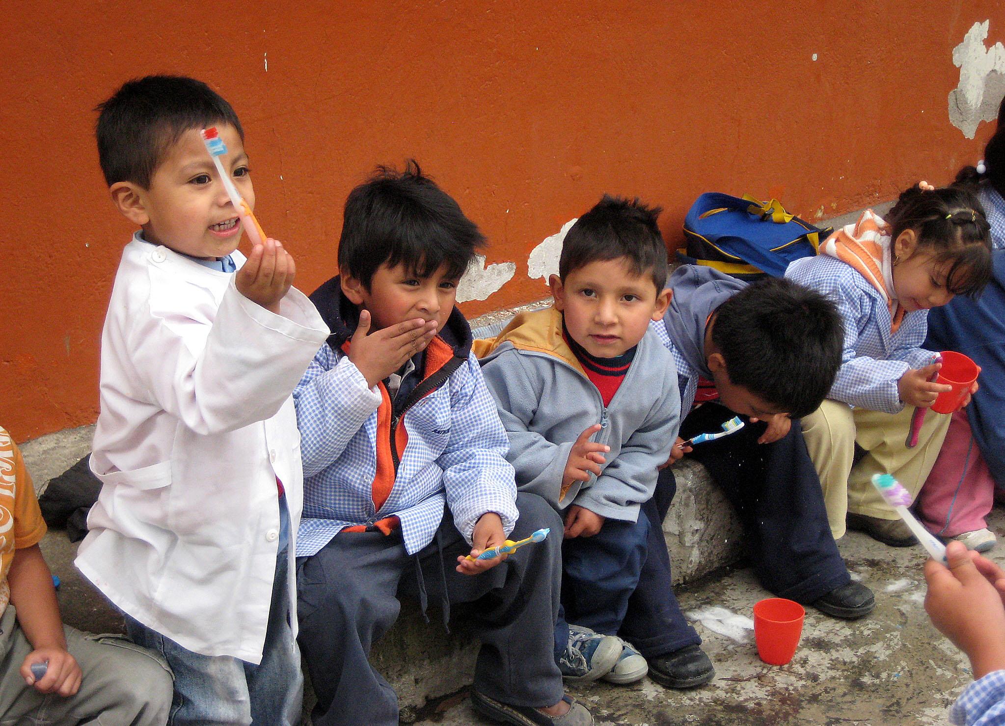 In Quito im Kindergarten - Zähneputzen im Freien