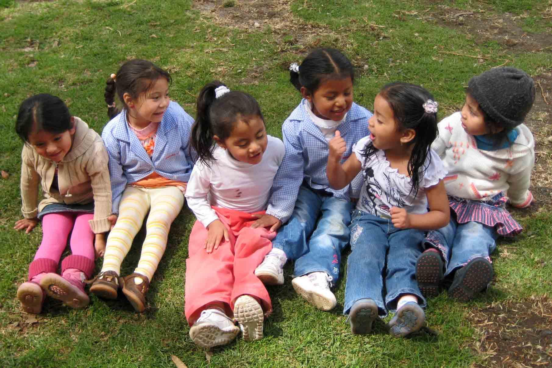 Wiebkes Schützlinge draußen in der Sonne - Naomie, Brenda-Lara, Emily, Genesis, Paula und Maite