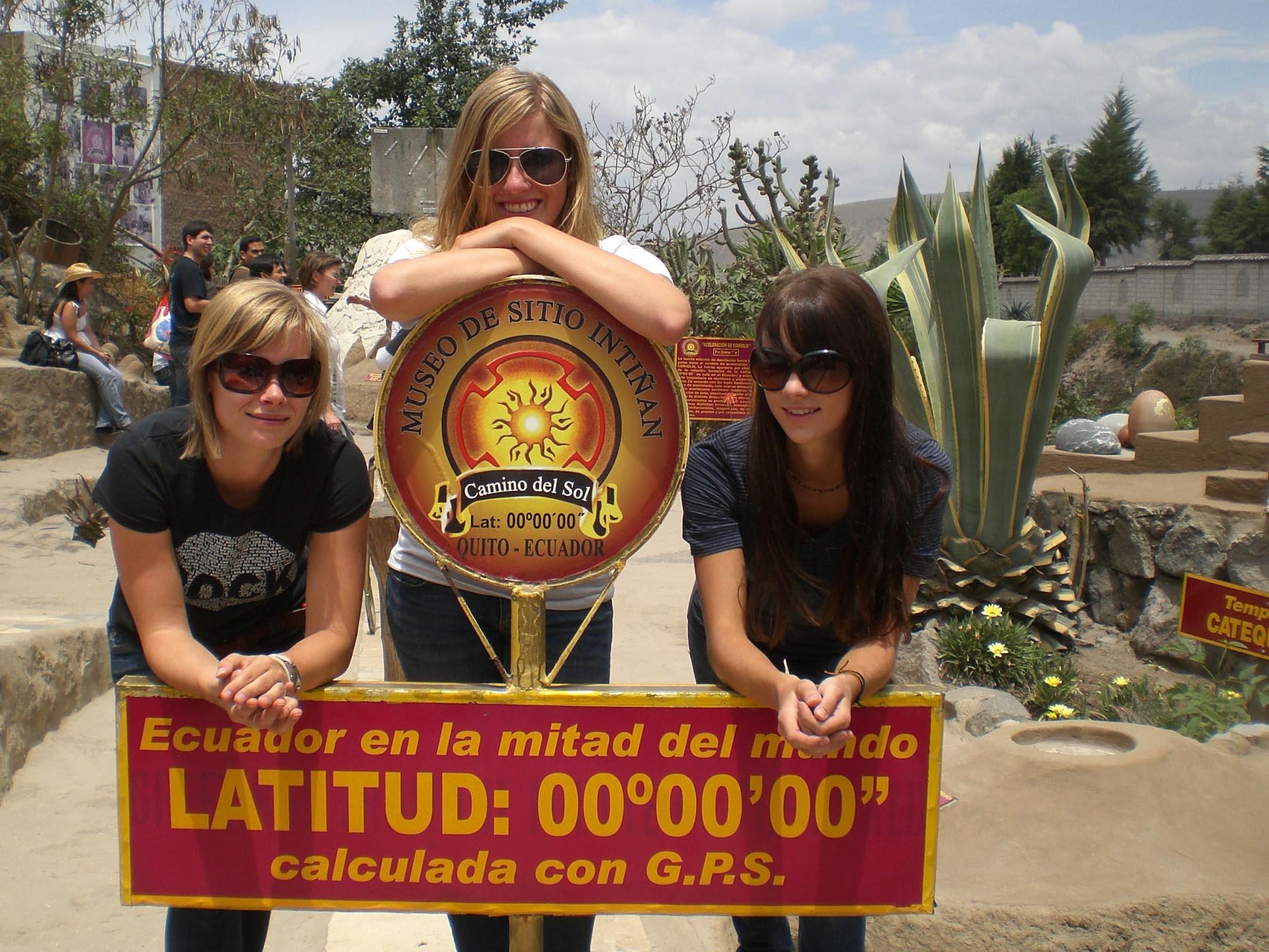 Wiebke (rechts) am Mitad del Mundo (Äquator) und Mitbewohnerinnen Kerstin und Mareike