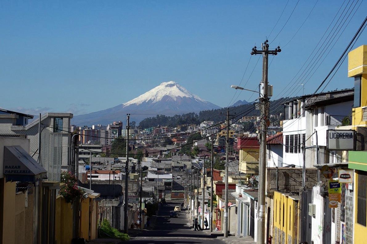 Blick von Quito auf den 50 km südlich der Hauptstadt gelegenen Vulkan Cotopaxi, einen der höchsten aktiven Vulkane der Erde