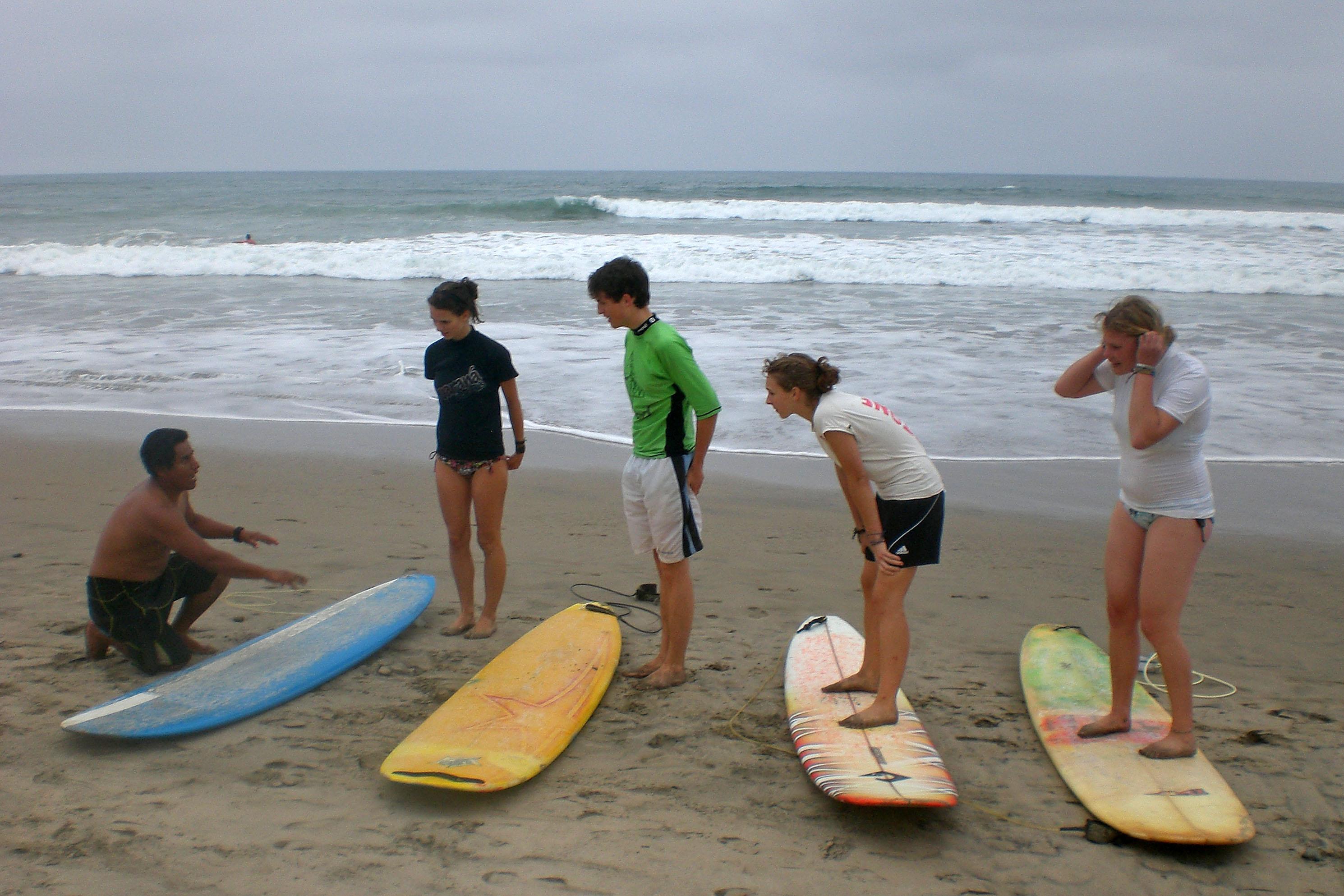Surfunterricht am Strand von Montan᷉ita – Surflehrer, Wiebke, Lovis, Zina und Caro (von links)