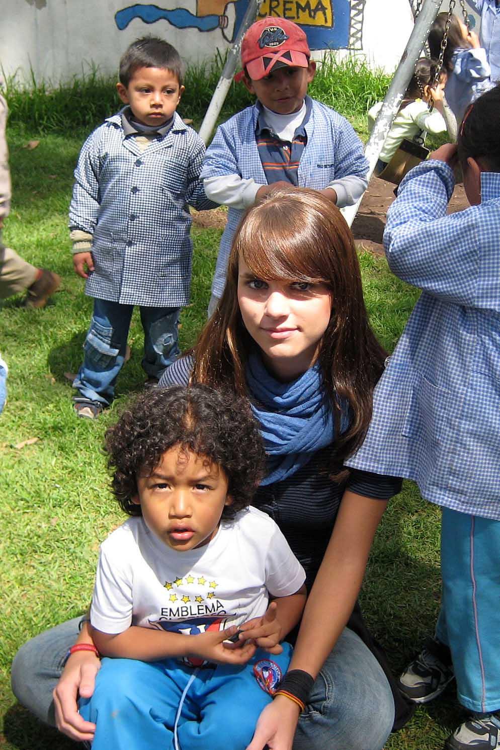 Besonders anhänglich - Sebastian, hier mit Wiebke im Garten des Kindergartens