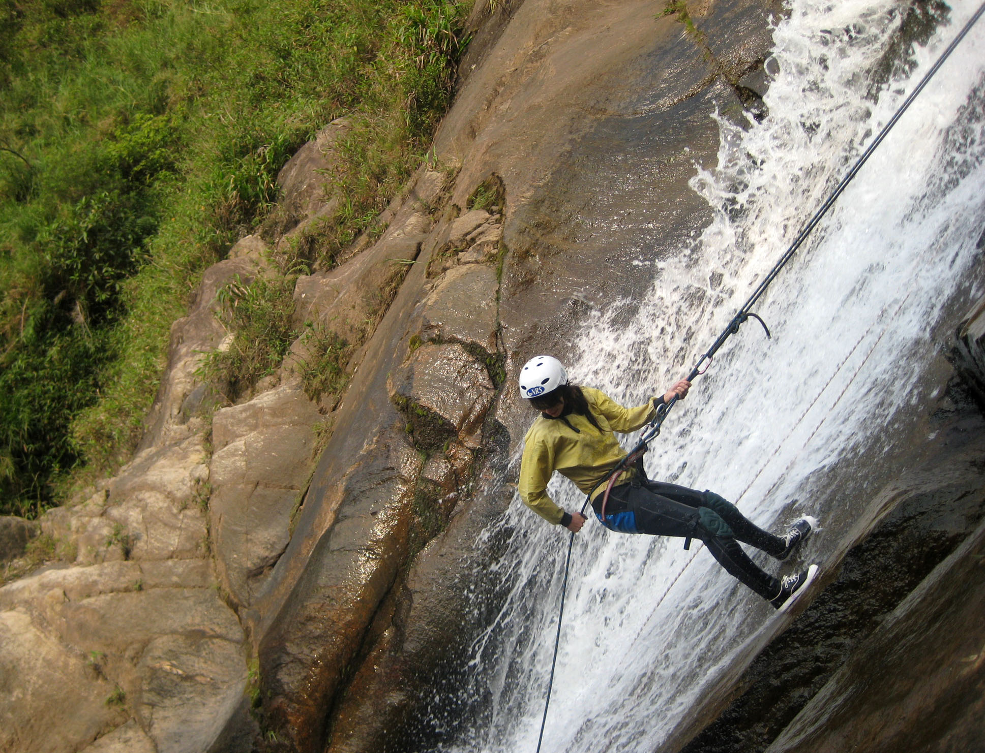 Abseilen aus 30 Metern Höhe am Wasserfall in Ba᷉nos