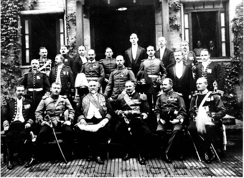 Deutsche Gesandtschaft am 10.10.1913. Emil Krebs vorn links im Bild.