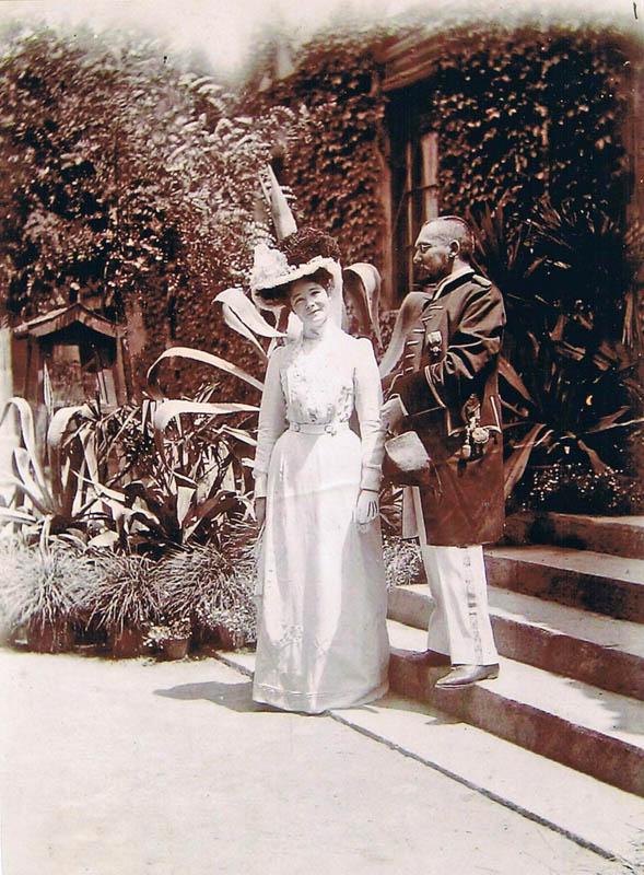 Emil Krebs vor einer Audienz im chinesischen Kaiserhaus. Die Begleitung ist die Ehefrau eines Diplomaten.