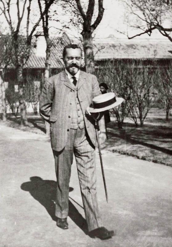 Emil Krebs im Gesandtschaftsgarten in Peking (1914)