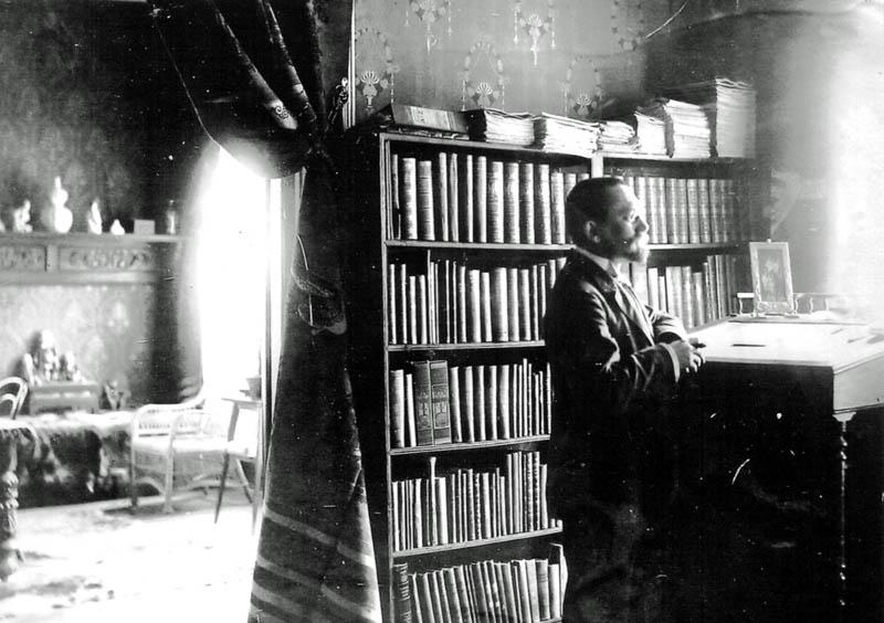 Emil Krebs in seinem Arbeitszimmer in Peking. 16.06.1904