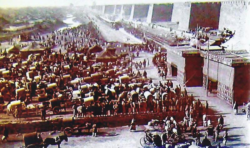 Um 1900: Andrang vor der Pekinger Stadtmauer. Länge der Mauer ca. 23 km. Höhe über 10 m. Obere Breite mehrere Meter.