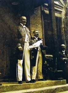 Emil Krebs (rechts) kurz vor seiner Hochzeit am 5. Februar 1913 in Shanghai. Im Vordergrund der Generalkonsul von Shanghai, von Buri, der die Vermählung vornahm.