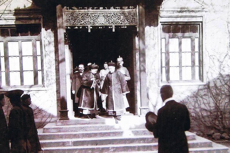 Prinzenbesuch in der deutschen Gesandtschaft in Peking, um 1912. Krebs links hinter den beiden chinesischen Prinzen.
