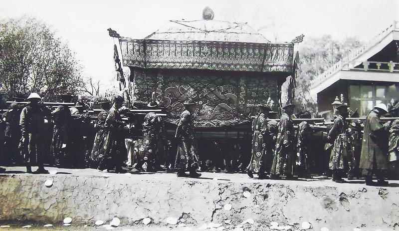 Bestattung (Sarg) des letzten chinesischen Kaisers Guang Hsü, verstorben am 14.11.1908 (Privatfoto Emil Krebs)