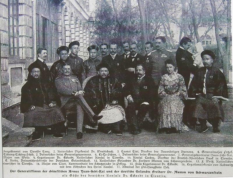 Aufnahme vom 1. Februar 1904 in Tientsin. Krebs (Nr.11) als Dolmetschersekretär der Deutschen Gesandtschaft stehend in der zweiten Reihe zwischen dem Gesandten Mumm (12) und dem späteren Präsidenten Chinas Yüan Shihkai. Zum Zeitpunkt der Aufnahme war Shihkai (7) Generalissimus der chinesischen Armee.