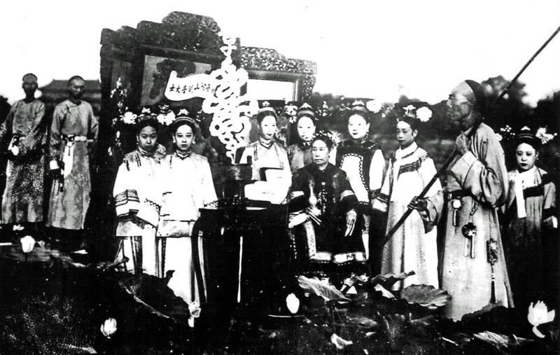Privataufnahme von Krebs anlässlich eines Besuches bei der chinesischen Kaiserin am 10. Mai 1904. Die Regentin (mit langen Fingernägeln) sitzt in der Mitte. Krebs berichtet darüber in einem langen Brief an seine Eltern.