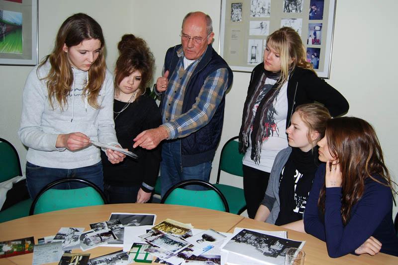 Nach dem Interview zeigte und erklärte Herr Hoffmann uns zahlreiche  Fotos und interessante Dokumente.
