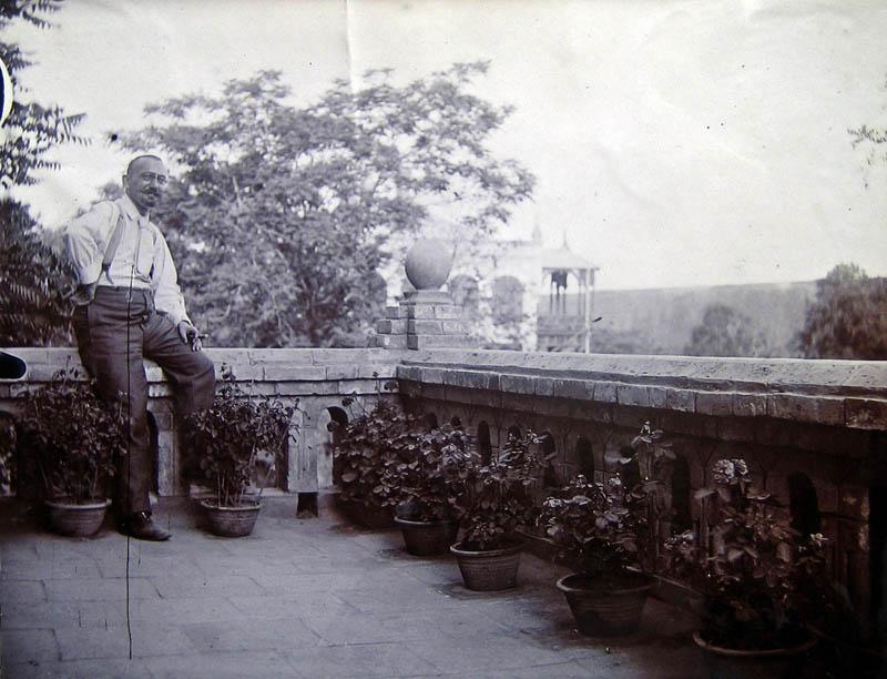 Emil Krebs auf dem Balkon seines Hauses in Peking