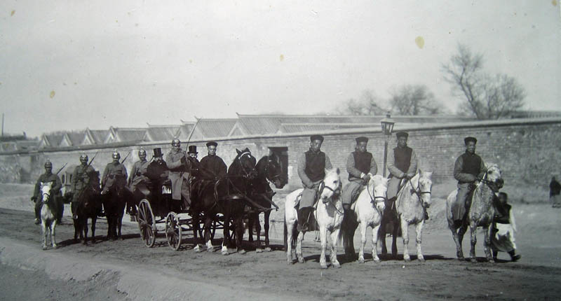 Peking. Krebs (links mit Hut) auf dem Wege zu einer Audienz beim chinesischen Präsidenten Yüan Shihkai 1914, begleitet von chinesischen und deutschen Reitern.