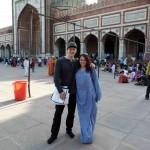 Fast jede Indienreise beginnt und endet in Neu Delhi. Karl und Hannah vor der Jama Masjid, der größten Moschee Indiens. Hannah muss - wie alle Frauen - in der Moschee ein Gewand tragen.
