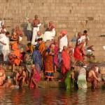 Geschäftiges Treiben auf den Stufen entlang des Ganges-Ufers