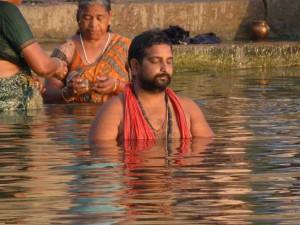 Varanasi. Betender Hindu im Ganges. Das Bad in dem heiligen Fluss soll von Sünden reinigen und verspricht Absolution.