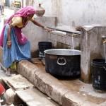 Indische Frau beim Wasserholen