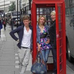 """Jakob, Caroline und Anne """"telefonieren"""""""