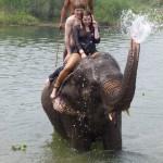 Obligatorischer Touri-Spaß: feuchtfröhliche Elefantentour, Hannah und Karl platschnass