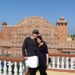 Jaipur. Hannah und Karl verdecken die Sicht auf den Hawa Mahal, den Palast der Winde