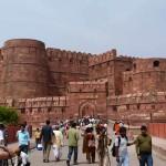 Das rote Fort in Agra ist eine Festungs- und Palastanlage aus der Epoche der Mogulkaiser und diente im 16. und 17. Jahrhundert mit Unterbrechungen als Residenz der Moguln.