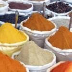 Gewürzmarkt in Jaipur. Indische Gewürze in Säcken: gelber Safran, roter Paprika und oranger Curry.