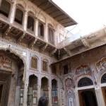 Inmitten der heißesten Region Indiens - 190 km von Jaipur entfernt - liegt der Wüstenort Mandawa . Die kunstvolle Bemalung der ehemaligen Kaufmannshäuser ist typisch und zeugt vom früheren Reichtum der Stadt, durch die im 18./19. Jh. die Seidenstraße verlief.