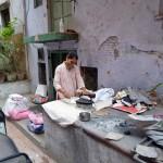 Indische Frau bei der Hausarbeit mit einem schweren Kohlebügeleisen