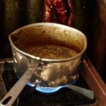 Zubereitung des indischen Chai Tees in einem Gewürzladen in Jodhpur