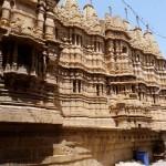 """Tempel in Jaisalmer, der """"goldenen Stadt"""" Indiens in der Wüste Thar,  so genannt wegen der Goldfärbung der aus gelbbraunem Sandstein errichteten Gebäude  bei Sonnenuntergang"""