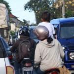 Der tägliche Straßenverkehr am Nachmittag. Erstaunlicherweise passieren nur sehr selten Unfälle bei diesen Überholmanövern.