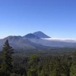 """Vorn - noch aktiver Vulkan """"Batur"""", ein Berg in der Mitte, hinten - """"Agung"""", seit 1963 nicht mehr aktiver, heiliger Vulkan, """"Sitz der Götter"""""""