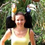 """Noreen: """"Im Vogelpark gibt es die merkwürdigsten Vögel, die ich je gesehen habe. Die zwei Gesellen auf meiner Schulter waren da noch relativ 'normal'."""""""