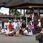 Gläubige beim Beten im Muttertempel, der größten hinduistischen Tempelanlage auf Bali. Charakteristisch für Betende sind die weiße Kopfbedeckung und der Sarong.