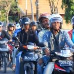 Straßenverkehr am Nachmittag. Jede Familie besitzt mindestens ein Moped oder Motorrad.