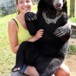Die kleine Honigbärendame wiegt schon 40 kg und bekommt alles zu fressen: Fleisch, Milch, Kekse, Haribos …