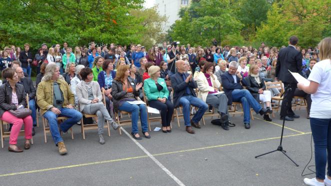 40 Jahre_Gäste_Schüler und Schulleiterinnen auf dem Schulfest
