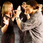 """Miteinander vertraut: Jennifer Lau und Gisela Höhne beim Workshop zum Tanztheaterstück""""Jahreszeiten"""". Jennifer ist, eine sehr disziplinierte, erfahrene Schauspielerin, die seit 1998 bei RambaZamba arbeitet."""