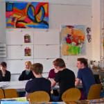 Gisela Höhne im Interview mit der Überflieger-Redaktion im Malatelier des RambaZamba. Hierarbeiten die Schauspieler parallel zur Inszenierung auch in der Bildenden Kunst an den Themen der Stücke.  Das rechts hängende Bild von Grit Burmeister wurde inzwischen an eine Sammlerin verkauft.