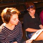 """Tanja Wehling und Clara bei der Chorprobe. Tanja hat 2012 das Abitur an der Lenné-Schuleabgelegt, spielte seit ihrer Kindheit Theater und studiert seit Herbst 2013 Puppentheater an der """"Hochschule für Schauspielkunst Ernst Busch"""". Den Besuch im RambaZamba wollte sie sich nicht entgehen lassen."""