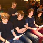 Chorprobe: v.li.n.re. in der zweiten Reihe Jan-Patrick Kern und Hannes Janke, vorn Alex, Stefan,Mitja und Sarah.