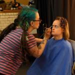 """Professionelle Maskenbildnerinnen schminken die Schauspieler - hier Jennifer Lau - für dieAufführung von """"Am liebsten zu dritt""""."""