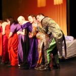Der Traum von der Liebe: Triso-Frauen mit Froschportier (Mirco Kuball)