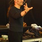 Jannis Bacharis nutzt zur Inspiration der Mitspieler im Workshop Gebärdensprache. DieGebärdensprache wird nicht nur zur Verständigung unter oder mit Gehörgeschädigten genutzt, sondern auch ästhetisch eingesetzt und in die figürliche Darstellung auf der Bühne integriert.