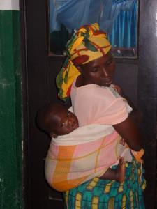 Mutter mit Baby aufdem Rücken